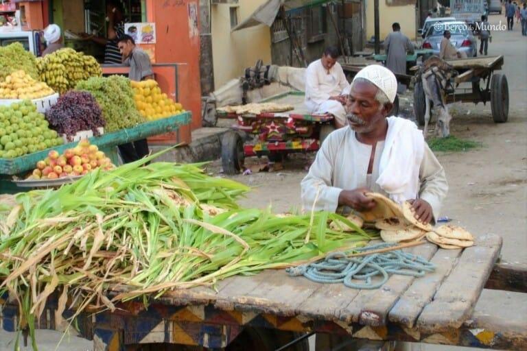 Vendedor nas ruas de Luxor