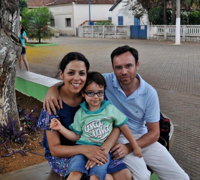 a família junto da Casa Portinari