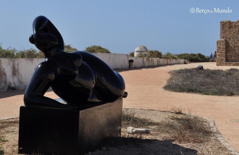 escultura no interior da fortaleza