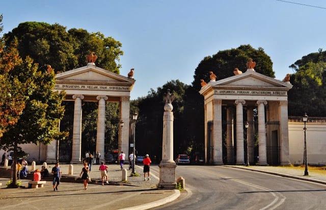 A entrada da Villa Borghese, que se estende por vários hectares.