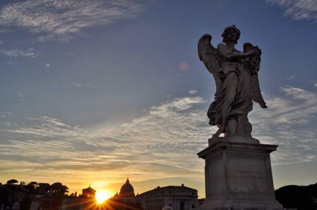 Um dos anjos de Bernini, com a Basílica de S. Pedro ao fundo
