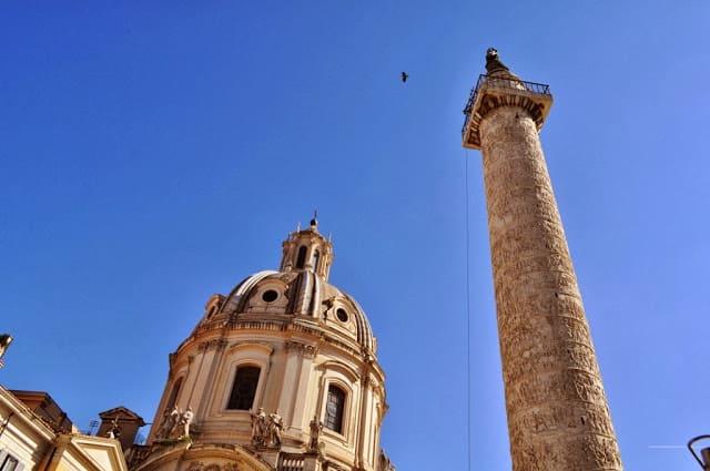 No topo da Coluna de Trajano repousa, desde o séc. XVI, um S. Pedro.