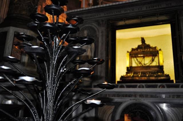 As correntes que dão nome à Igreja e que terão sido usadas para acorrentar S. Pedro