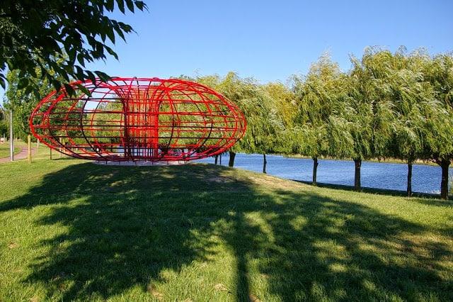 escultura junto ao rio