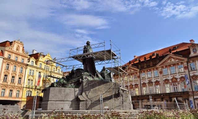 a estátua a Jan Huss, na Old Prague, recorda as sombras do passado