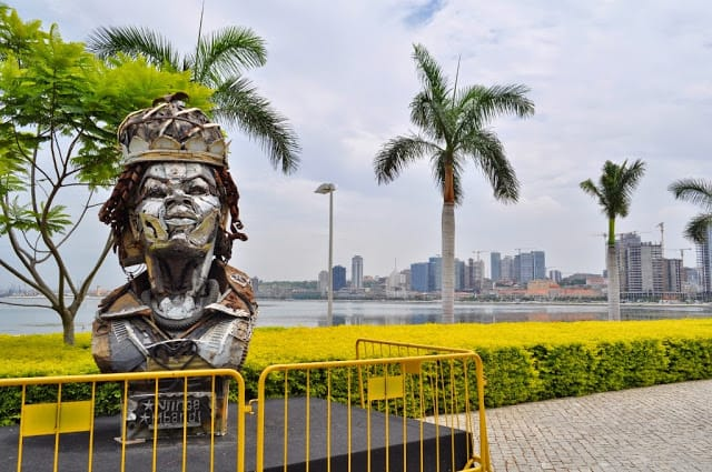 escultura da rainha Ginga na baía de Luanda