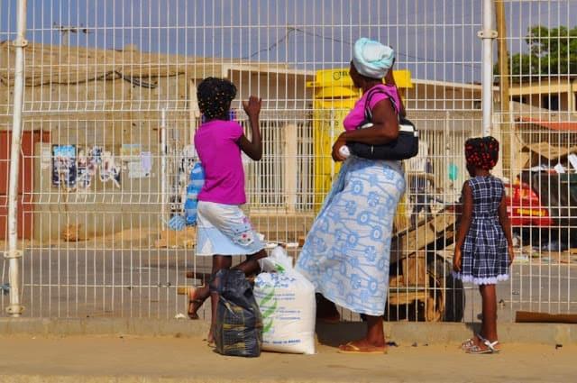 vestes coloridas em Luanda