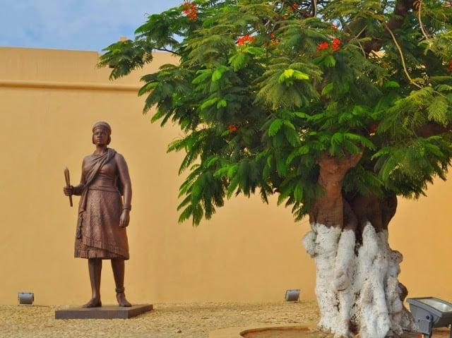 Estátua em bronze da rainha, à entrada do Forte de S. Miguel, em Luanda.