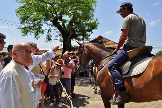 Padre benze um cavalo