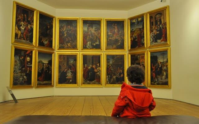 Criança no Museu Grão Vasco em Viseu