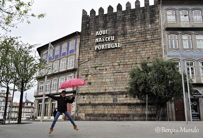 """Muralha com """"Aqui nasceu Portugal"""""""