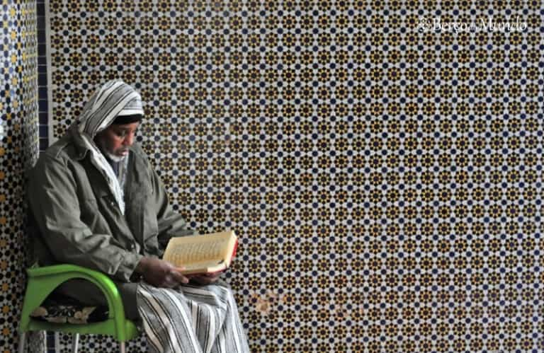 Homem lê o corão em Marrocos