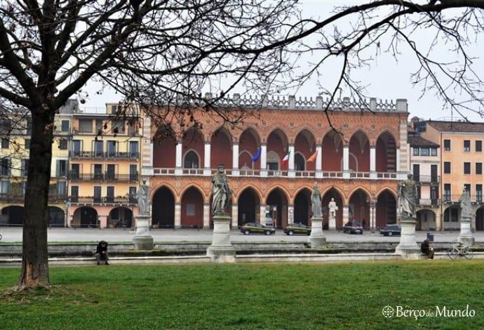 Edifício neogótico da praça Prato della Vale