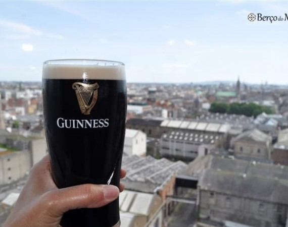 beber Guiness no Gravity Bar