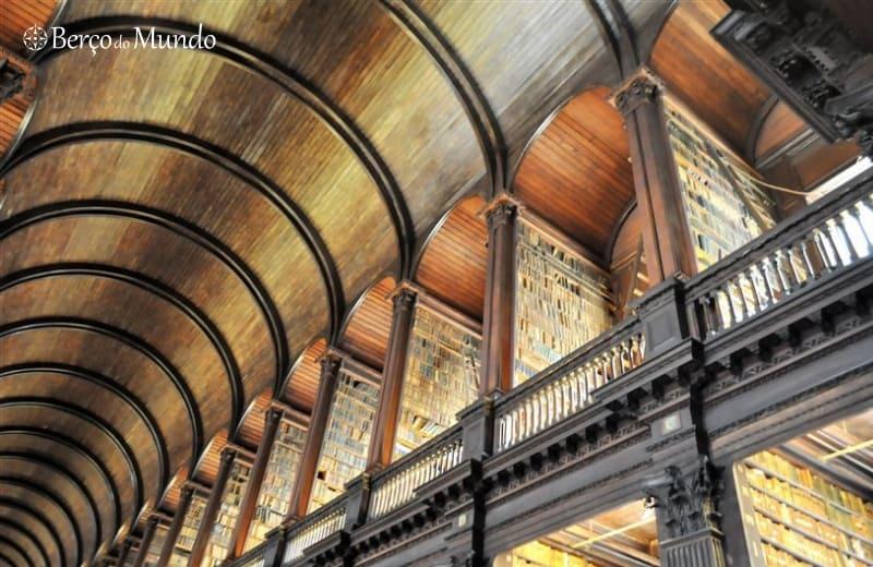 piso superior da biblioteca