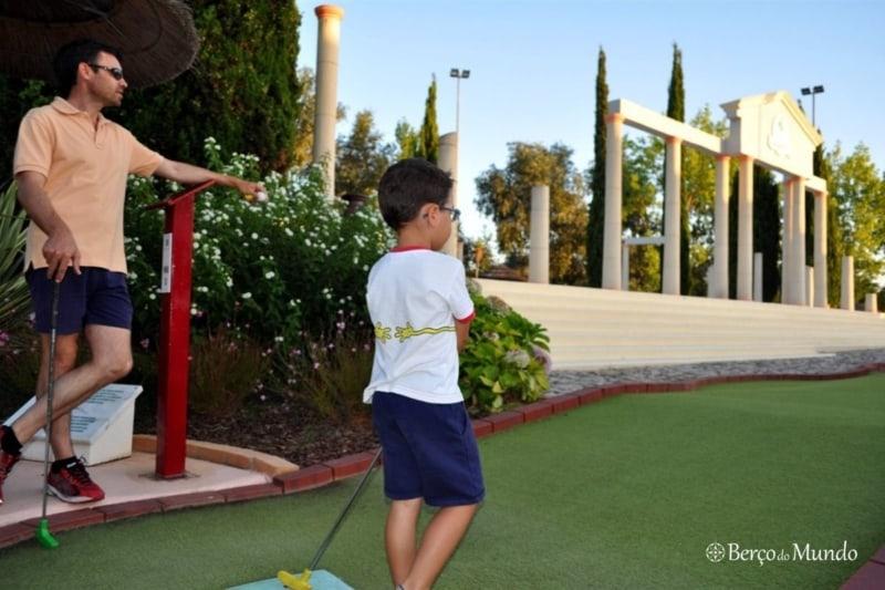 As crianças adoram jogar mini golfe no ALgarve