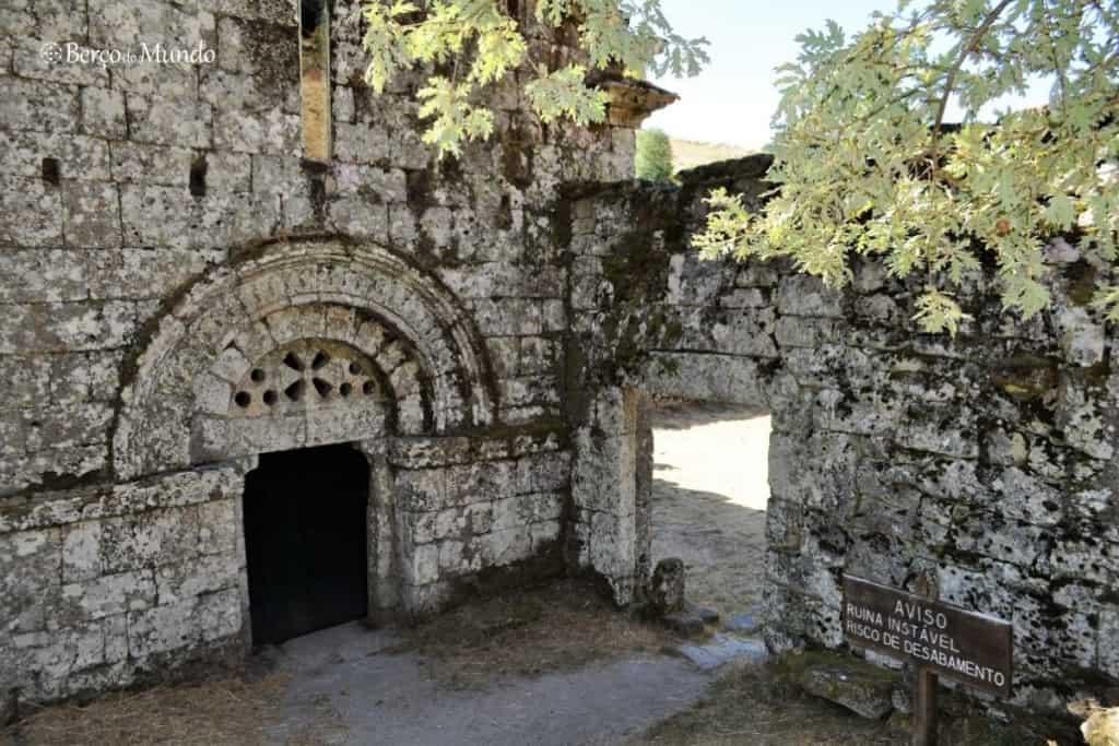 ruínas do mosteiro em Pitões das Júnias