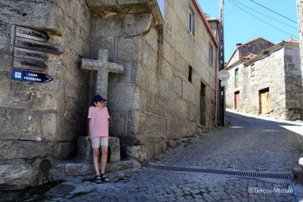 ruas de pedra em Pitões das Júnias