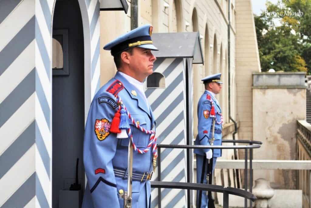 guardas no castelo de Praga